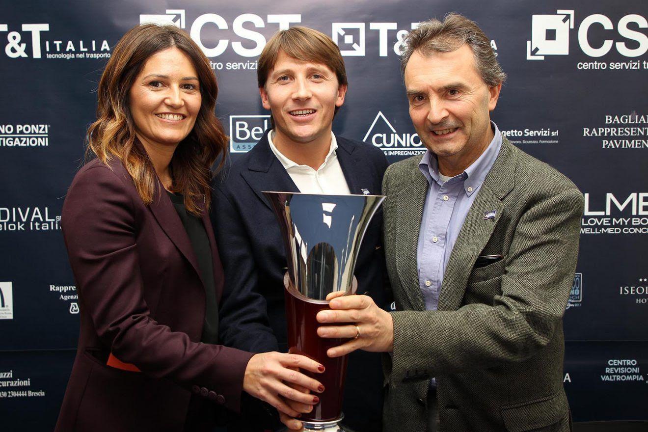 Gli organizzatori del Memorial Carlo Agazzi col trofeo permanente dell'evento. Da sinistra: Margherita Mussio, Andrea Agazzi e Paolo Fedele (foto Felice Calabrò)