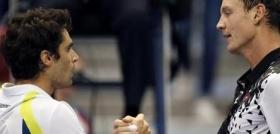 Pablo Andujar stringe la mano a Tomas Berdych