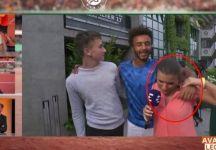 Maxime Hamou cerca di baciare diverse volte la giornalista francese Maly Thomas (Video)