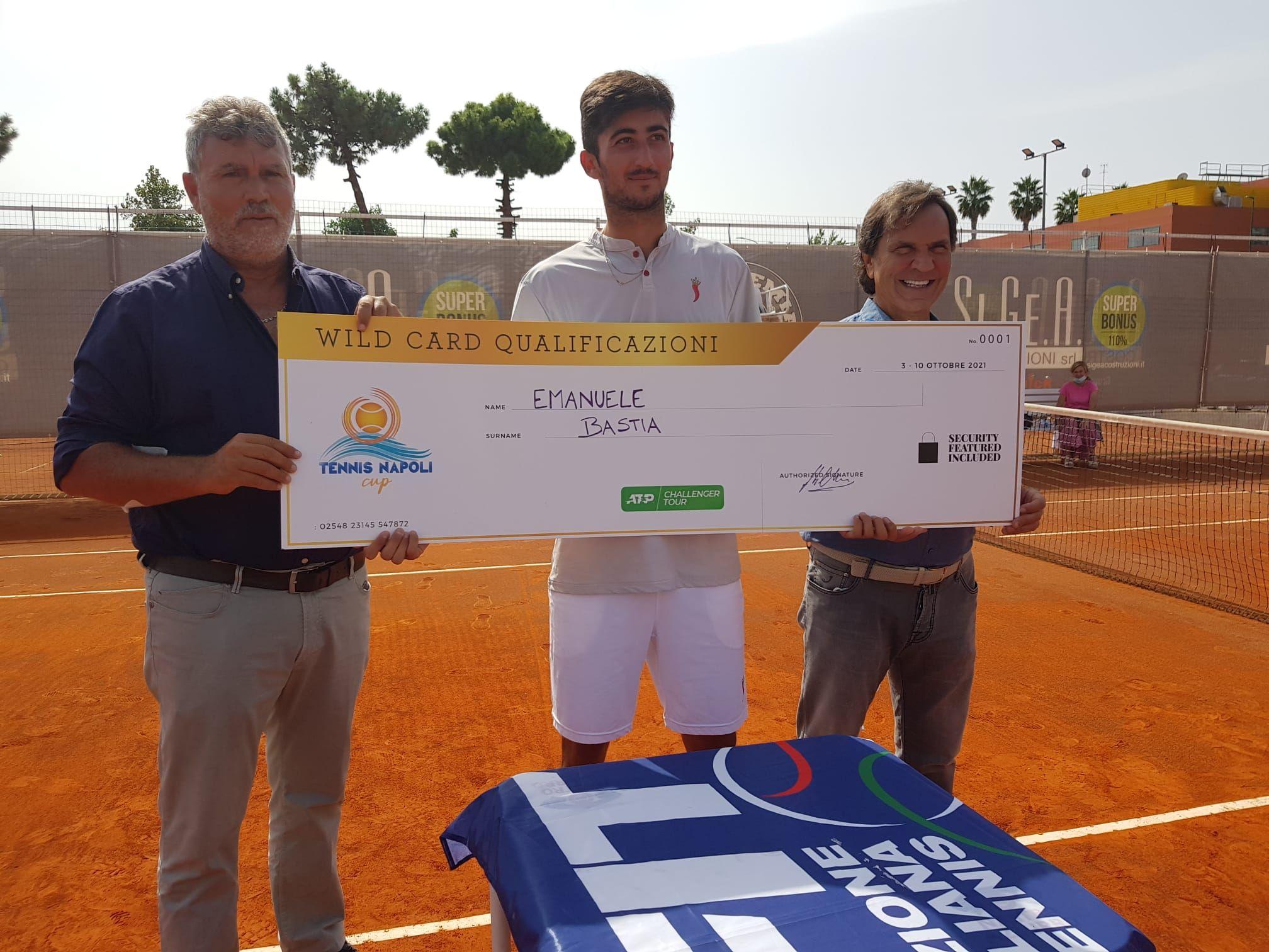 Nella foto, insieme al vincitore Bastia, ci sono il vice presidente di Comitato campano tennis e direttore della Tennis Napoli Cup Angelo Chiaiese, e il presidente onorario del Gruppo Quick Service, Massimo Vernetti, che ha affiancato l'Open Accademia.