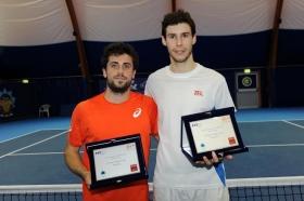 La premiazione del Credem Futures, da sinistra: il vincitore Alessandro Bega e il finalista Remi Boutillier, battuto per 6-4 1-6 6-4 - Foto Francesco Panunzio