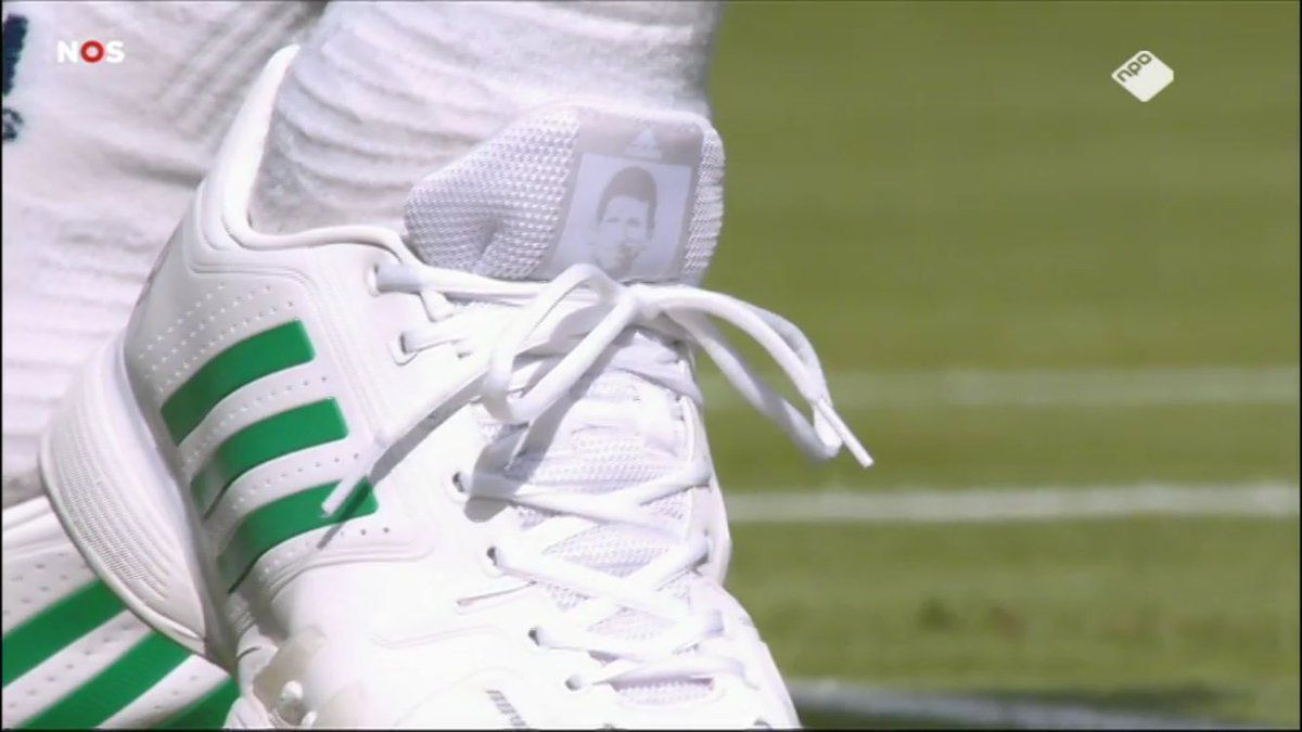 "Tomas Berdych con le ""scarpe"" di Novak Djokovic"