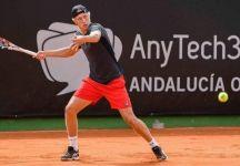 Leo Borg, figlio della leggenda Bjorn Borg, ha fatto il suo debutto nei tornei ATP all'età di 17 anni ed è stato battuto in maniera netta