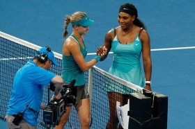 Eugenie Bouchard stringe la mano a Serena Williams