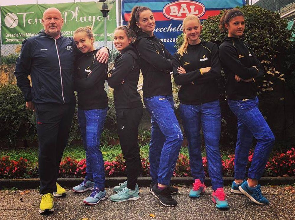 """Alberto Paris con le ragazze della formazione che ha riportato la """"Leonessa"""" nel massimo campionato nazionale"""