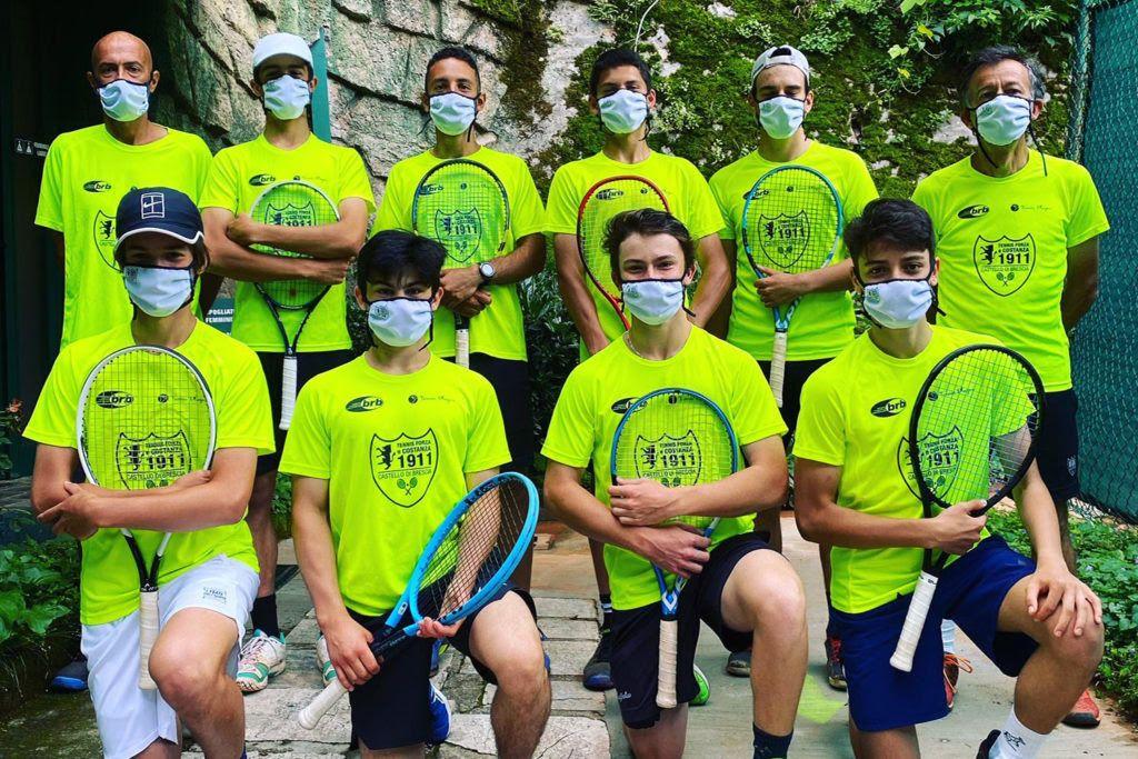 Il gruppo di agonisti del Tennis Forza e Costanza che sta collaborando con i maestri nella gestione della scuola tennis estiva