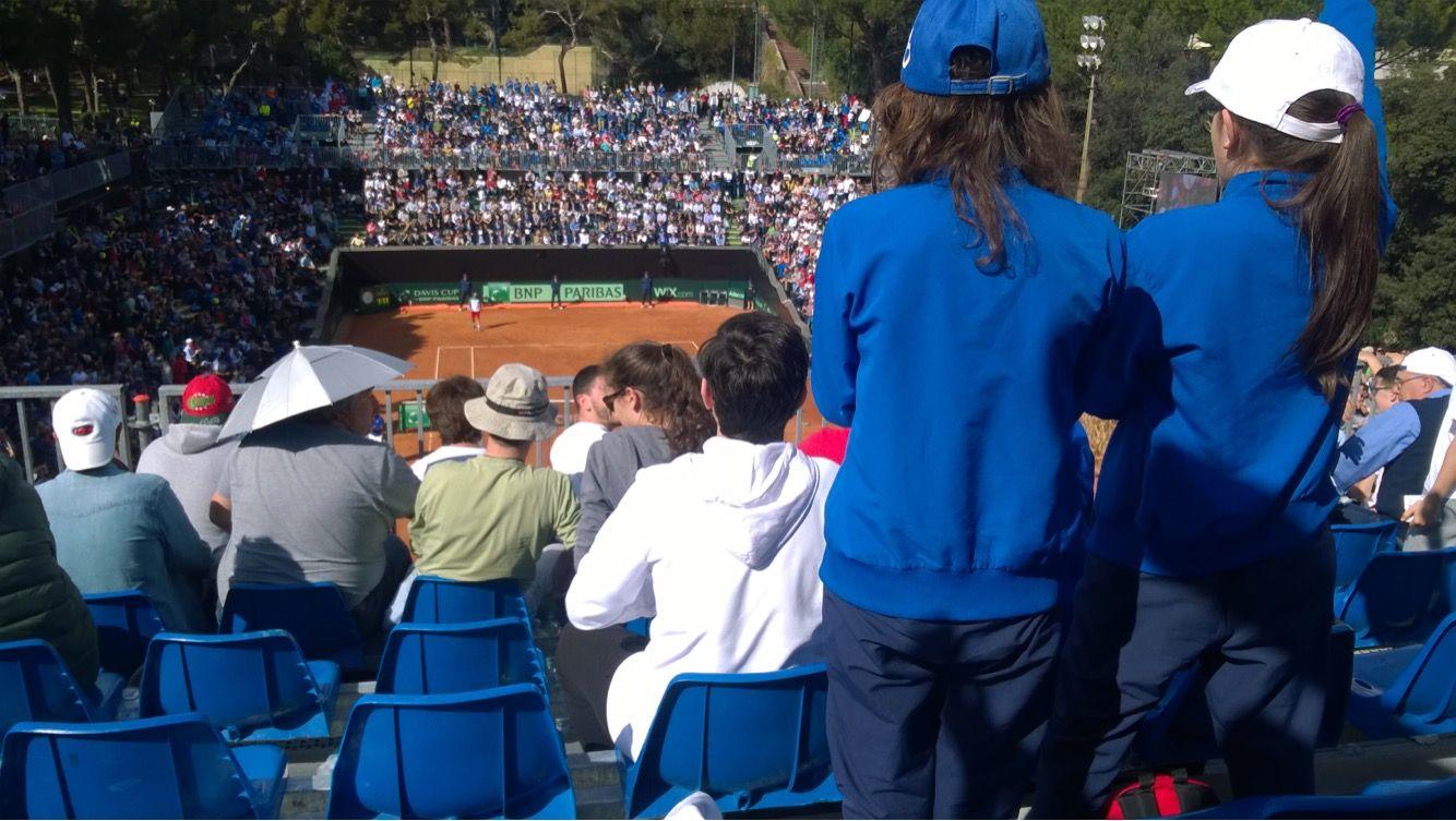 La foto della veduta da parte del nostro lettore dalla tribuna superiore dell'impianto Valletta Cambiaso, dove si sta disputando il quarto di finale tra Italia Francia di Coppa Davis.