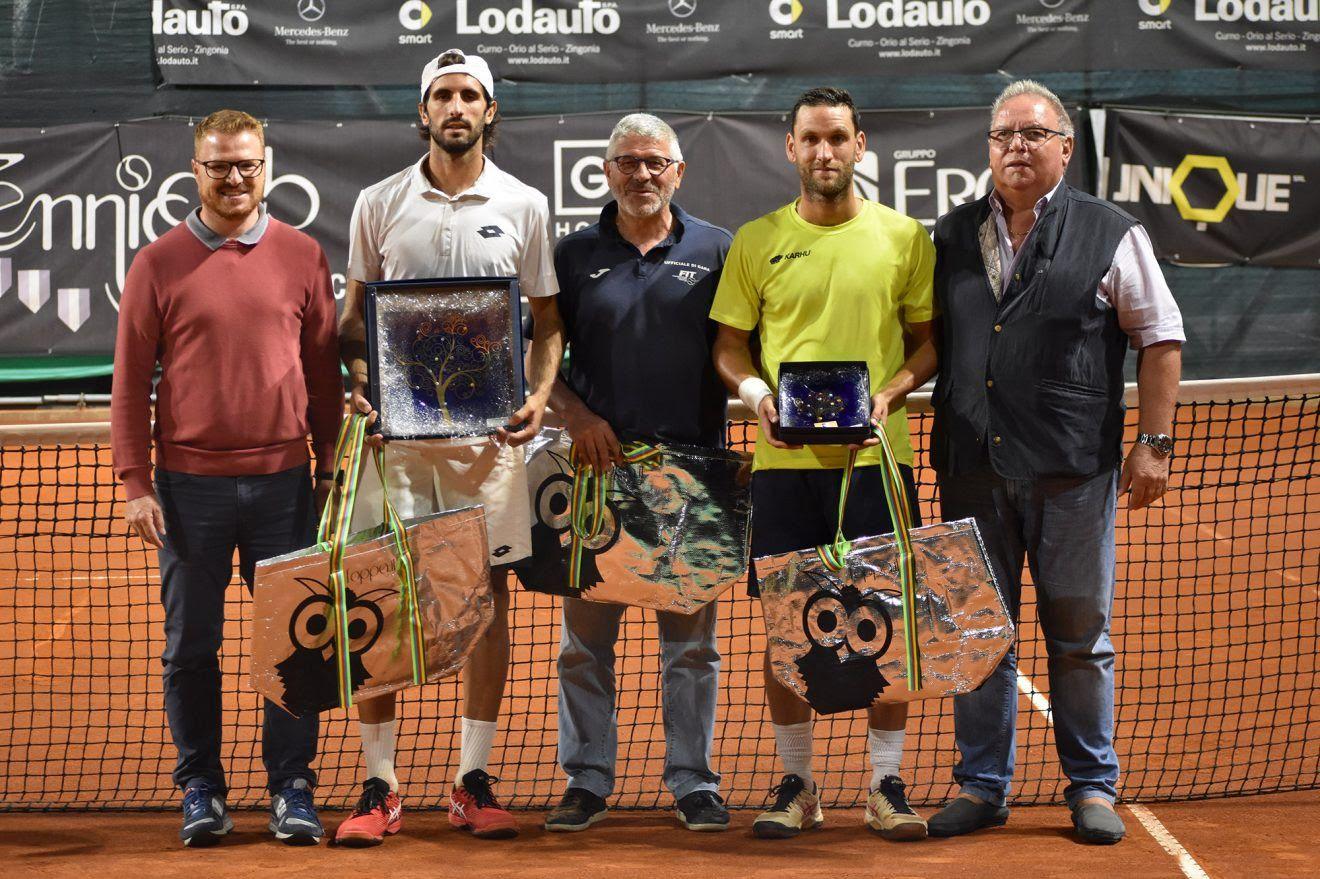 La premiazione dell'Open Erca del Tennis Club Bagnatica. Da sinistra: Roberto Vavassori (assessore allo sport del Comune di Bagnatica), Antonio Campo (vincitore), Alcide Crotti (giudice arbitro), Davide Pontoglio (finalista) e il direttore del torneo Gianluigi Terzi (foto GAME)