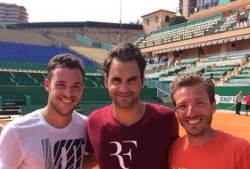 Marco Cecchinato con Roger Federer ed il coach di Marco, Francesco Palpacelli