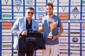 Il vincitore Marco Cecchinato premiato dal direttore generale di Aspria Harbour Club Milano Edoardo Officioso - (Foto Francesco Peluso).
