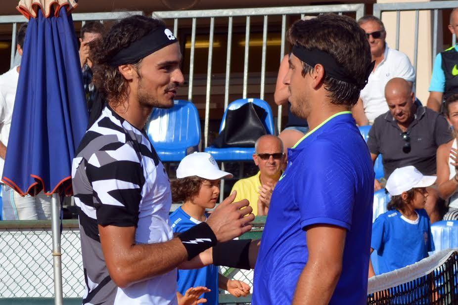 La stretta di mano fra Collarini e Orlando Luz dopo la finale, vinta per 6-4 6-4 dall'argentino - Foto Mario Papetti