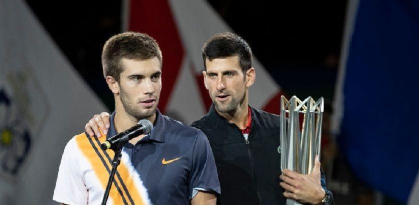 Borna Coric nella foto con Novak Djokovic