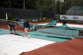 La pioggia non ha dato mai tregua e ha cominciato a scendere copiosa nella nottata tra lunedì e martedì sulla terra del<strong> Tennis Country Club Cortina.</strong>