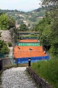 una panoramica dei campi della sede del Castello del Tennis Forza e Costanza