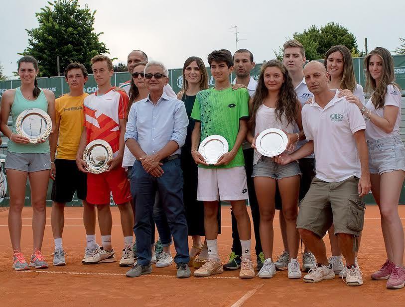Foto di gruppo con i finalisti della scorsa edizione del Trofeo Città di Crema, il presidente del Tc Crema Stefano Agostino e lo staff organizzativo della manifestazione