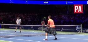 Dimitrov usa un kiilt scozzese nell'esibizione con Murray