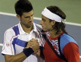 Stretta di mano tra Djokovic e Lopez