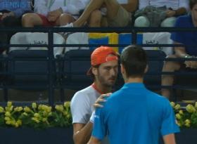 Novak Djokovic stringe la mano a Feli Lopez