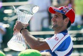 Novak Djokovic con il trofeo di Miami.