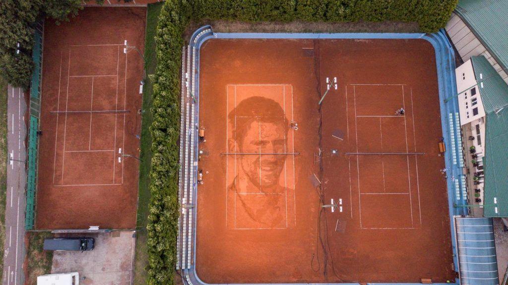 L'omaggio di un famoso artista di strada a Novak Djokovic
