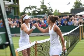 Stretta di mano tra Cornet  e Errani questo pomeriggio a Wimbledon - Un Grazie ad Antonios