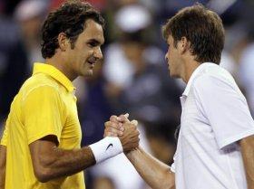 Stretta di mano tra Federer e Harrison