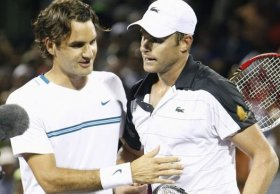 Abbraccio molto amichevole tra Andy Roddick e Roger Federer