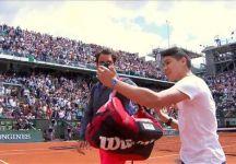 Da Parigi: Un fan entra in campo per fare una foto con Roger Federer
