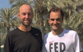 Roger Federer si allena a Dubai per preparare la prossima stagione