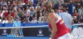 Video del Giorno: Belinda Bencic colpisce Roger Federer