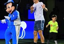 Roger Federer a Shanghai in compagnia di Mickey Mouse (Video)