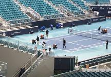 Roger Federer aiuta ad asciugare i campi