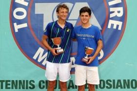 La premiazione della finale maschile al Tc Ambrosiano con Federico Arnaboldi (a sinistra) e l'iberico Jaime Caldes - Foto Francesco Panunzio