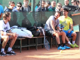 Seppi e Fognini dialogano durante l'allenamento a Bordighera, con numerosi fans alle spalle