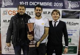 La premiazione del Memorial Carlo Agazzi - Trofeo Cst. Da sinistra, Enrico Vezzoli (CST), il vincitore Federico Gaio e il direttore del torneo Andrea Agazzi - (foto Felice Calabrò