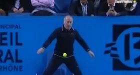 Il protagonista del giorno è sicuramente il giudice di linea del torneo di Marsiglia