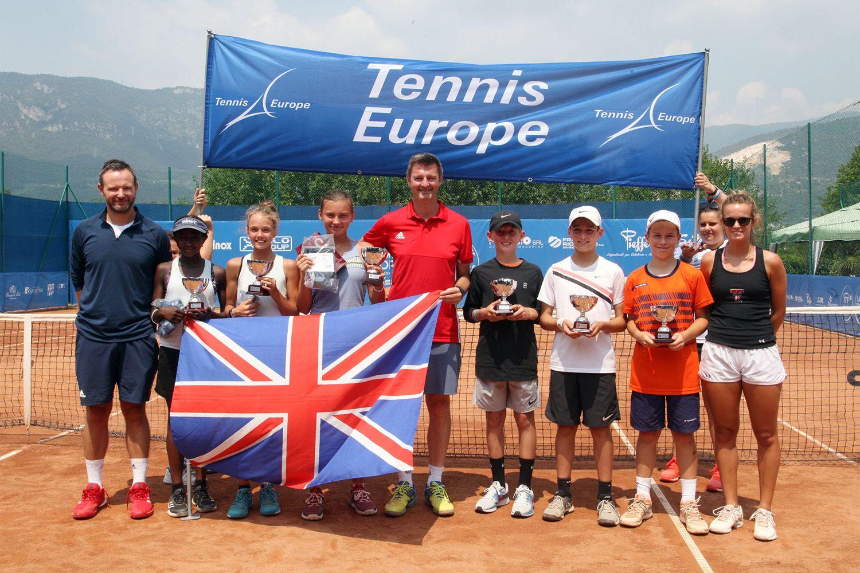 Foto di gruppo delle due formazioni britanniche (con i rispettivi capitani) vincitrici della diciassettesima edizione della Lampo Trophy Nation Cup - Foto Alvaro Maffeis