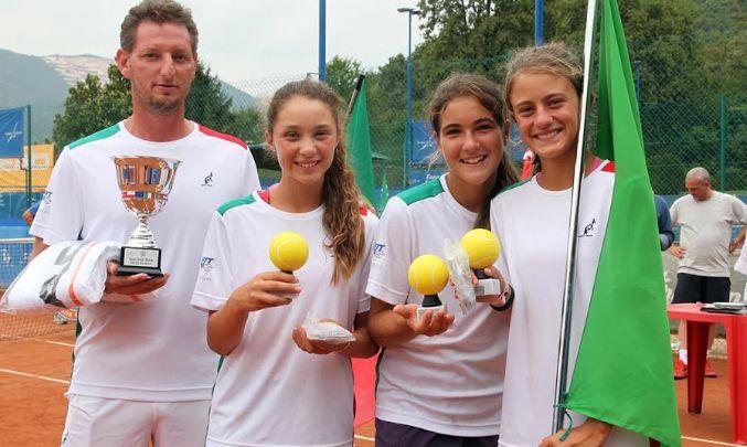 - La premiazione dell'Italia al Tennis Europe Nations Challenge by Head. Da sinistra, il capitano Alberto Tirelli, Aurora Nosei, Greta Petrillo e Francesca De Matteo
