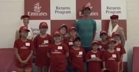 Thanasi Kokkinakis visita un campus con tanti provetti tennisti