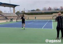 Sebastian Korda si allena sotto lo sguardo di Andre Agassi