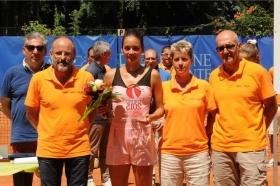 Nella foto la premiazione con la vincitrice Alizè Lim e gli organizzatori