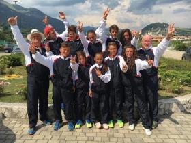 I ragazzi che hanno vinto la Coppa Belardinelli insieme ai capitani Sergio Gelmini (a sinistra) e Alberto Paris (a destra)
