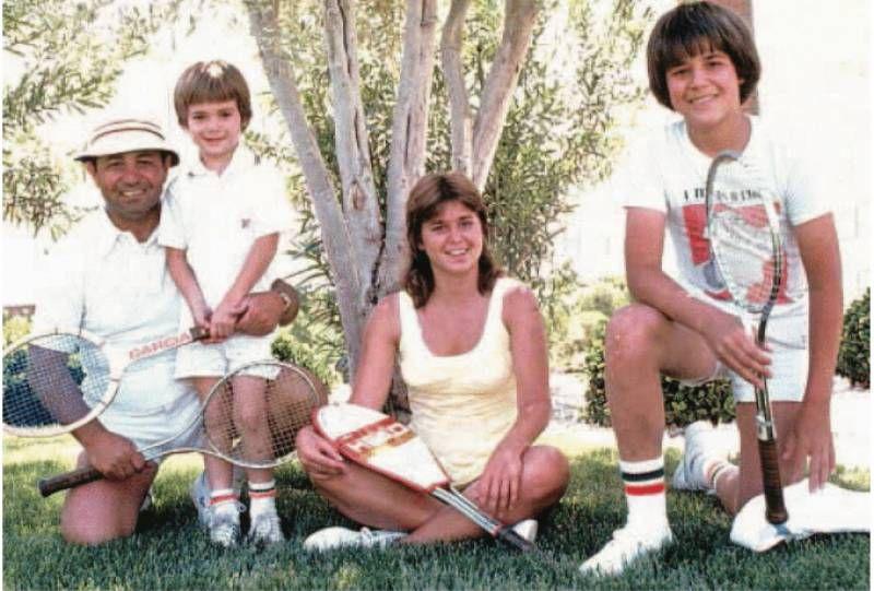 Una foto della famiglia Agassi, con Mike insieme ai giovani figli