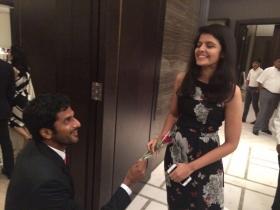 Saketh Myneni e la dichiarazione di matrimonio durante la cena ufficiale
