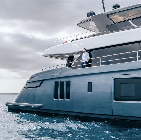 Rafa posa sul suo nuovo Yacht