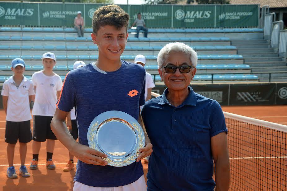 Luca Nardi, 13 anni da Pesaro, ha vinto a Crema il suo primo titolo nel circuito Tennis Europe under 16. Qui premiato da Stefano Agostino, presidente del club cremasco