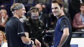 Roger Federer supera Jarkko Nieminen nell'esibizione dell'addio al tennis del giocatore finlandese