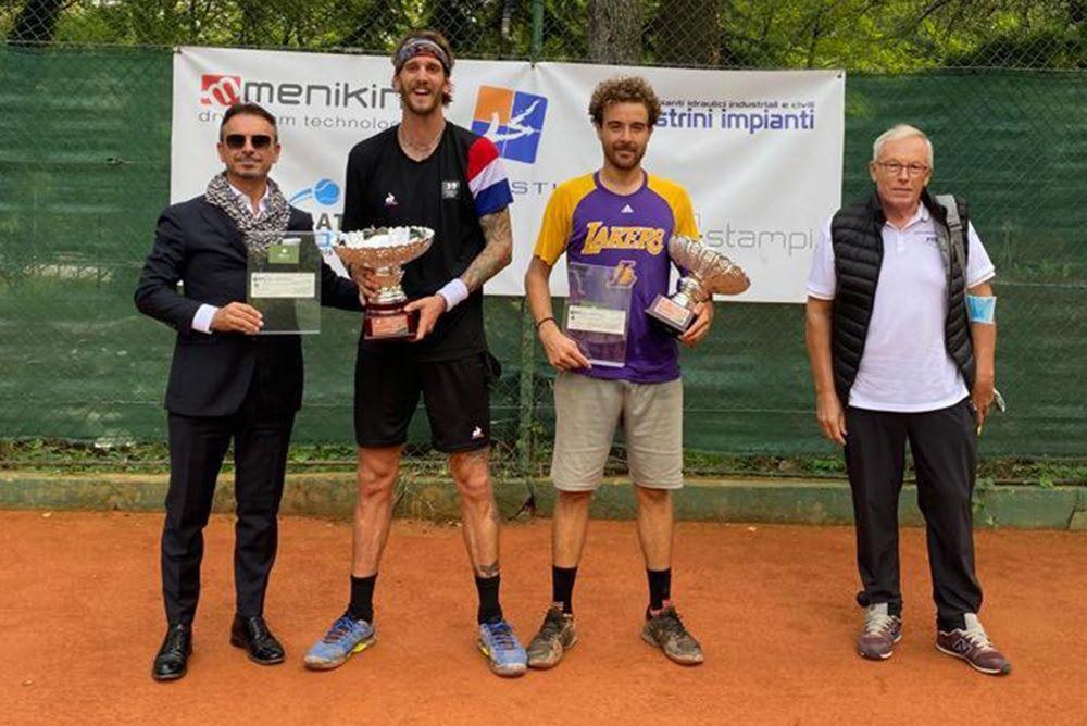 La premiazione maschile del Trofeo Lineastile del Milanino Sporting Club, vinto da Marco Speronello (sinistra) su Tommaso Gabrieli
