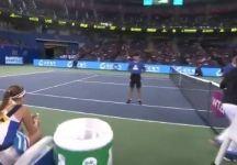 Jeļena Ostapenko manda via il suo coach dal campo (Video)