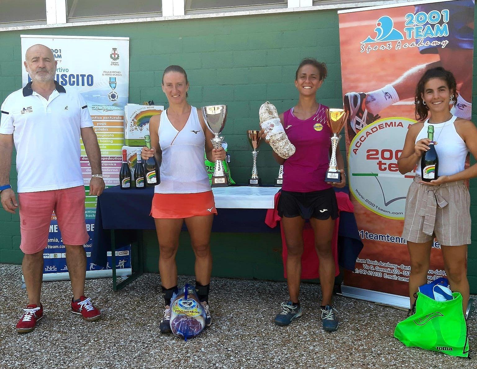 La vincitrice del torneo femminile con la finalista e gli organizzatori